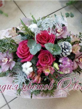 Зимний букет с яркими розами