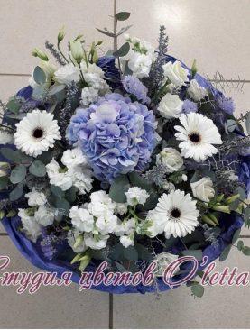 Букет в бело голубой гамме
