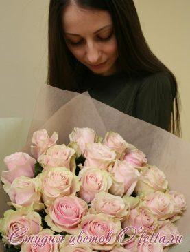 Букет из нежнейших розово-кремовых роз сорта Pink Mondial
