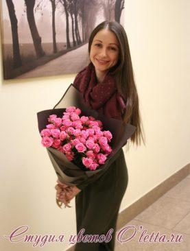 Кустовые розы глубокого розового цвета