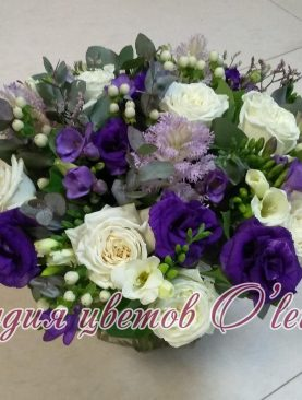 Нежный букет из роз, лизиантуса и ароматной фрезии