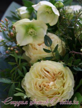 Букет из пиновидных роз и ваксфлауэр