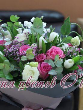 Букет из роз, лизантусов и тюльпанов
