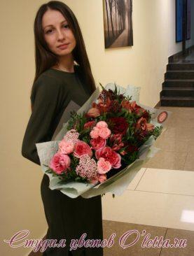 Букет из пионовидных роз и с кофейной орхидеей