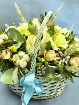 Зимняя корзина с цветами