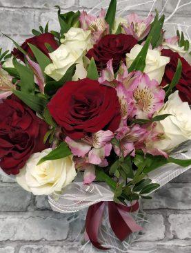 Букет розы и альстромерии