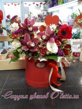 Коробка с орхидеей, розой и анемоном