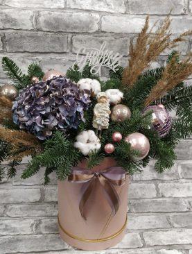 Новогодняя корзина с цветами